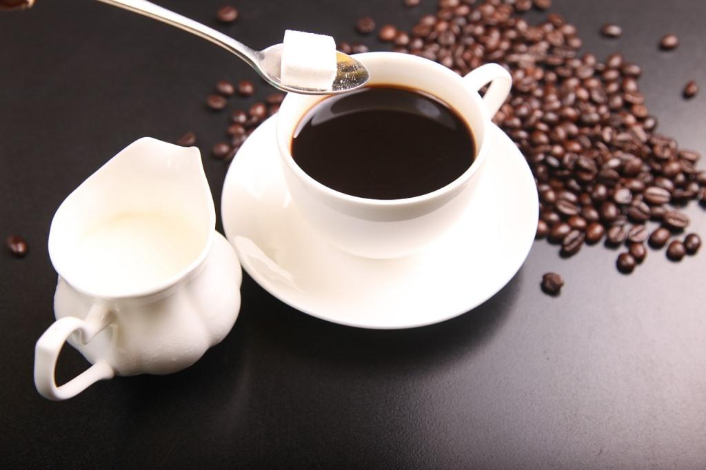 砂糖をコーヒーに入れる