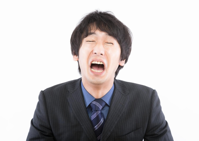 泣いている男