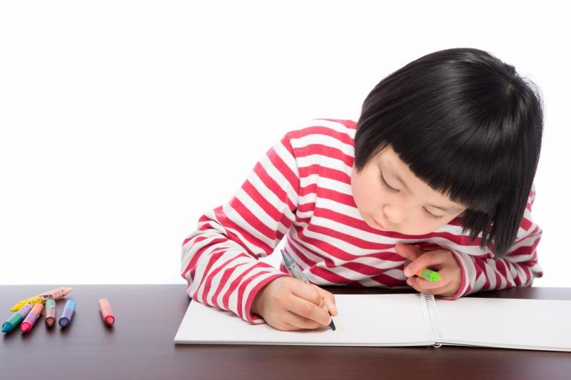 似顔絵を描く少女