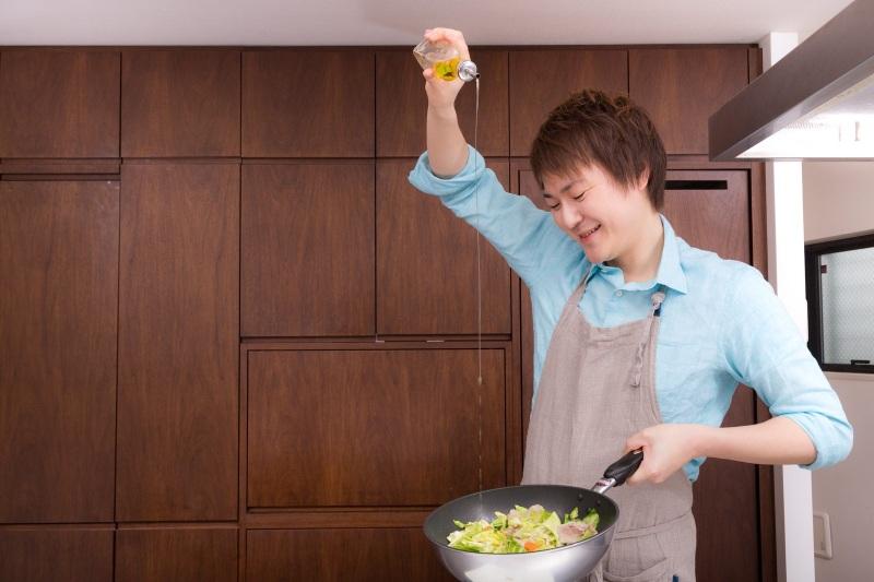 料理をする男子