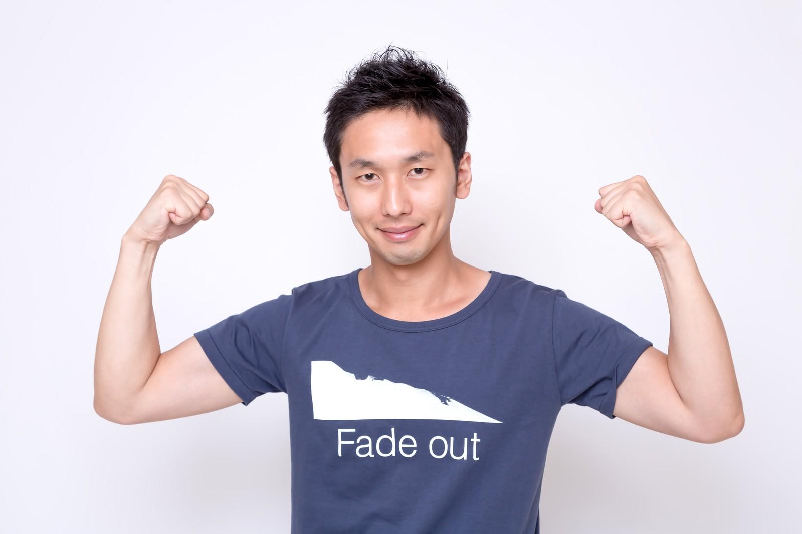 Tシャツを着るアラフォー男子