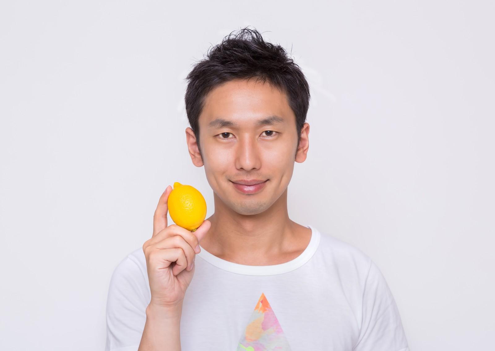 レモンを持つ男性