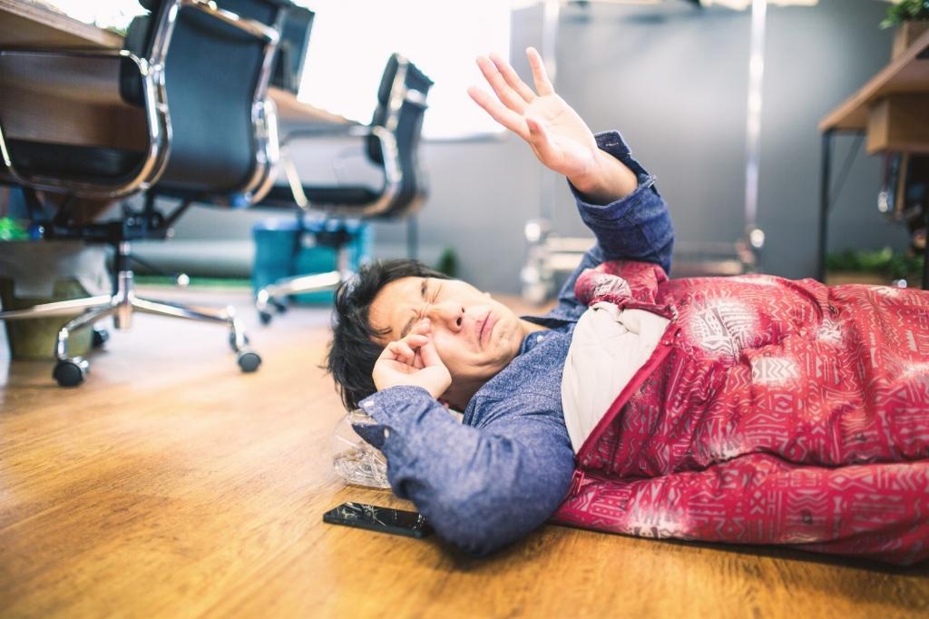 職場で眠る男性