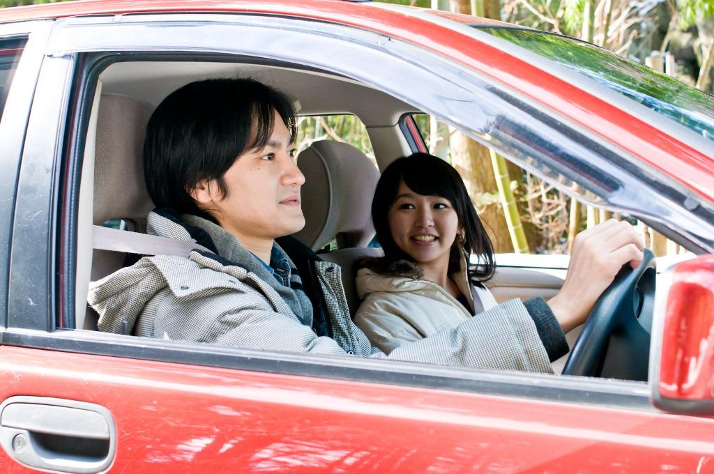 ドライブをしているカップル