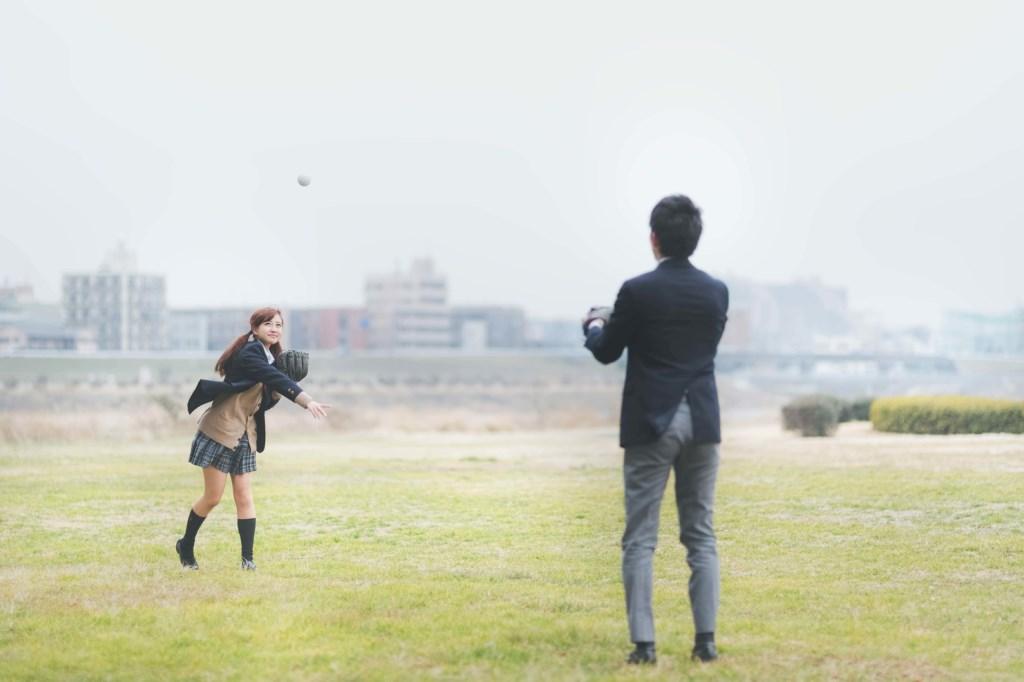 キャッチボールをするカップル