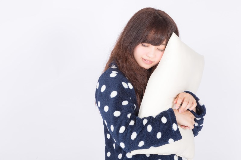枕を持つ女性