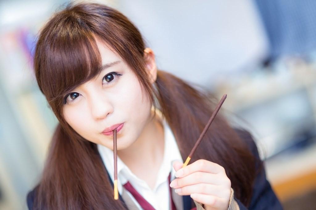 チョコのお菓子を食べる女子高生