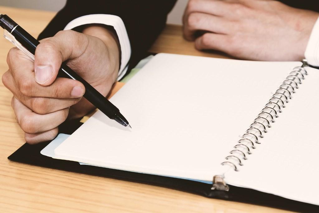 日記を書いている男性