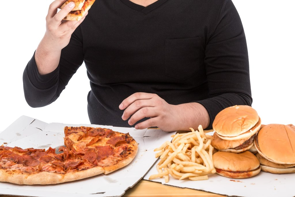 大食いをする男性