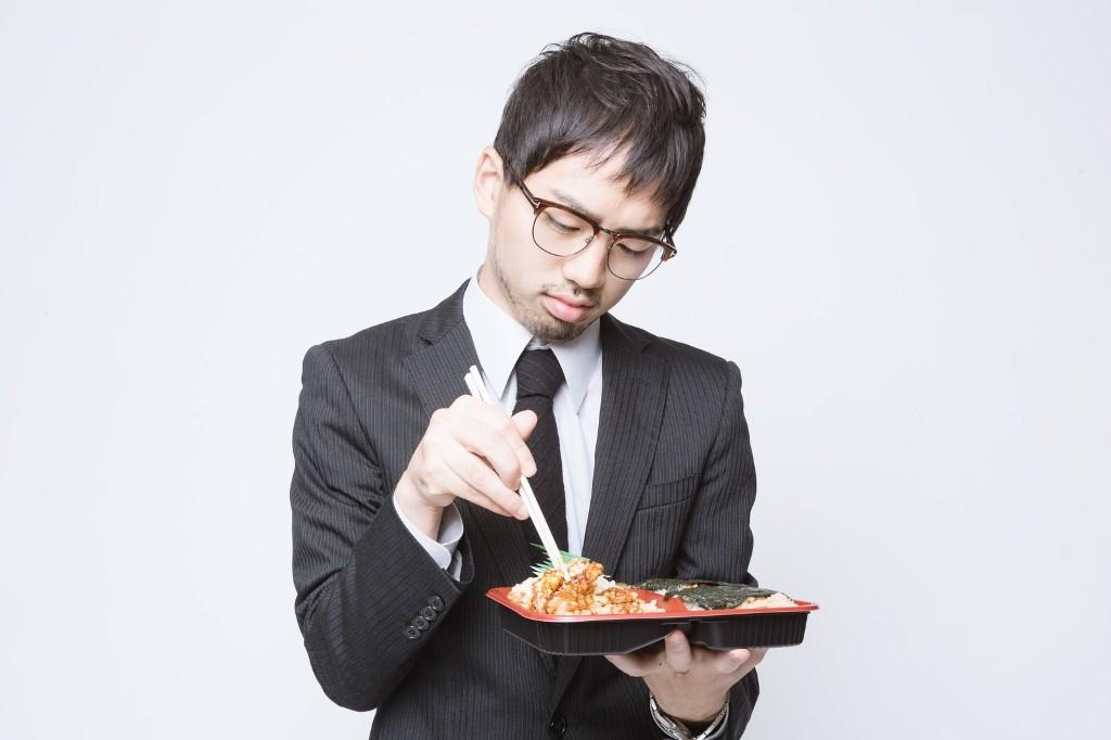 お昼ご飯を食べる若い社員