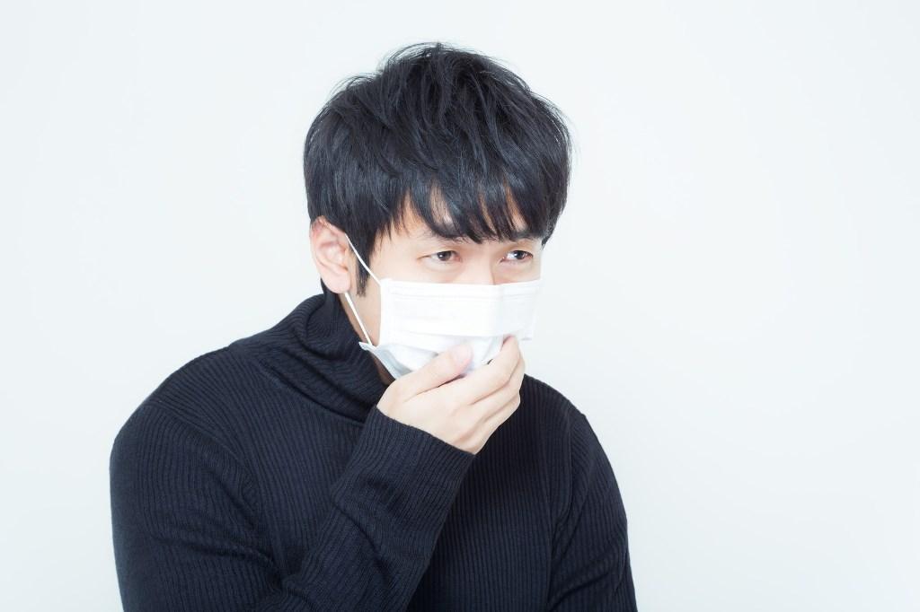 マスクをしている男性