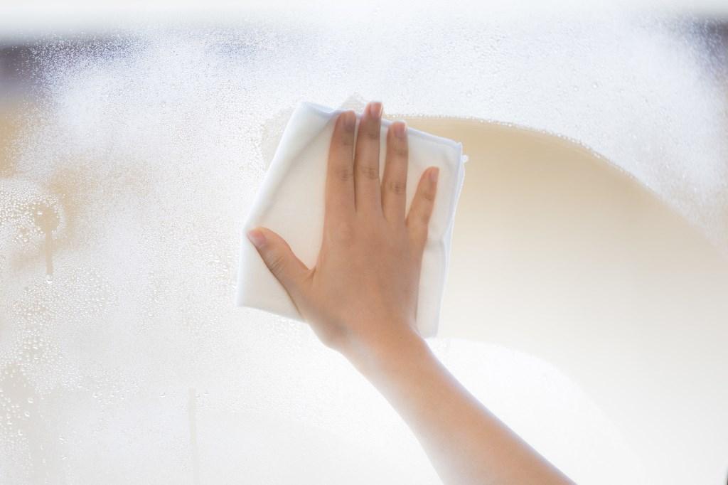 窓の掃除をする人