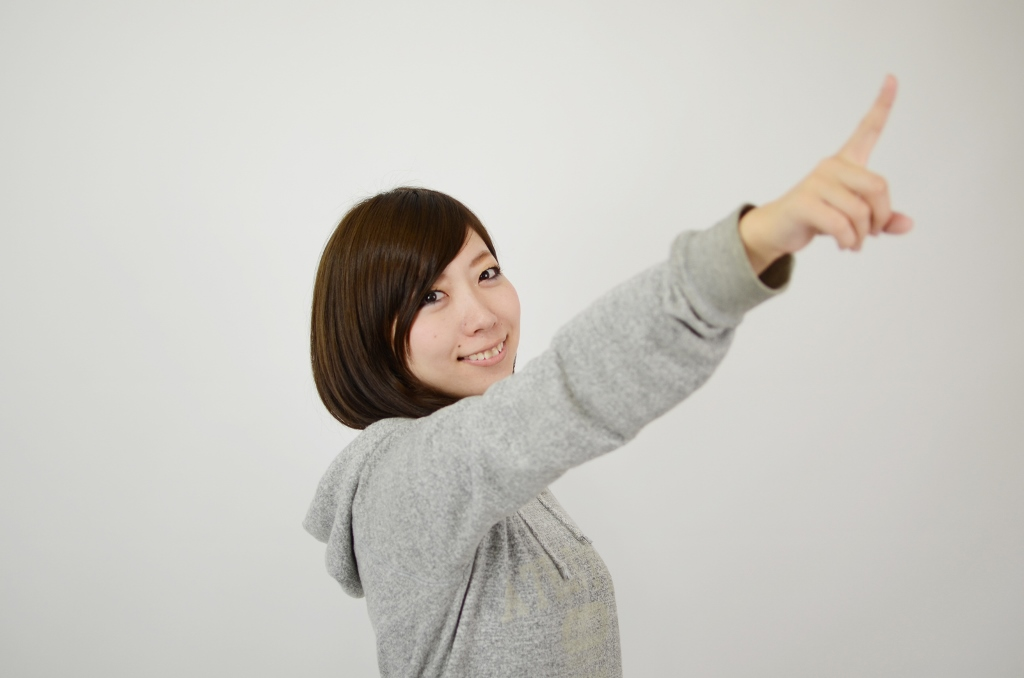 指さし確認をする女性