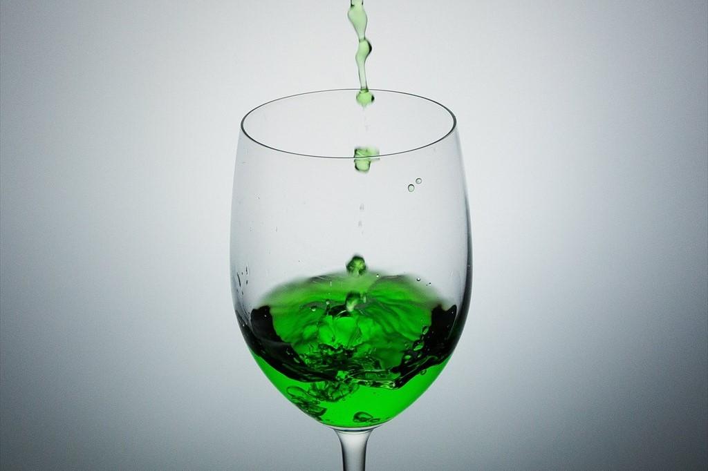 グラスに注がれるジュース