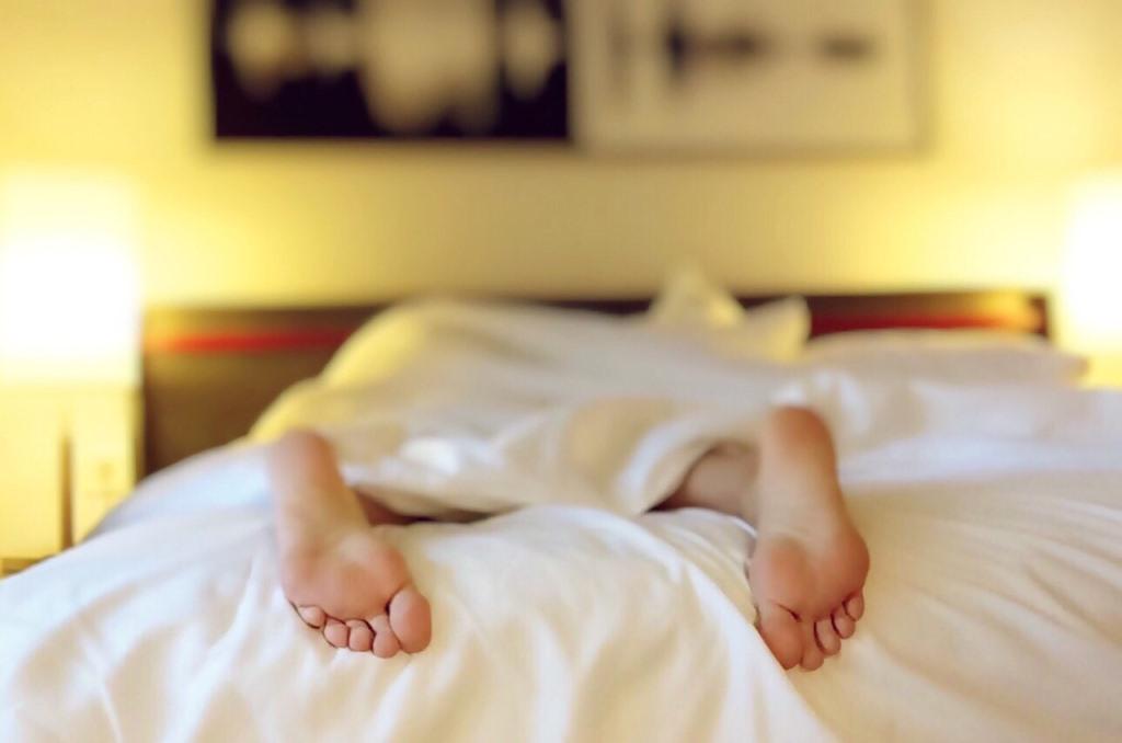 ベッドで寝ている人