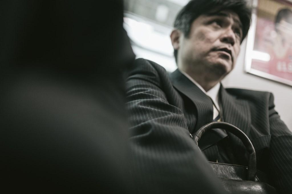 電車に乗っている男性