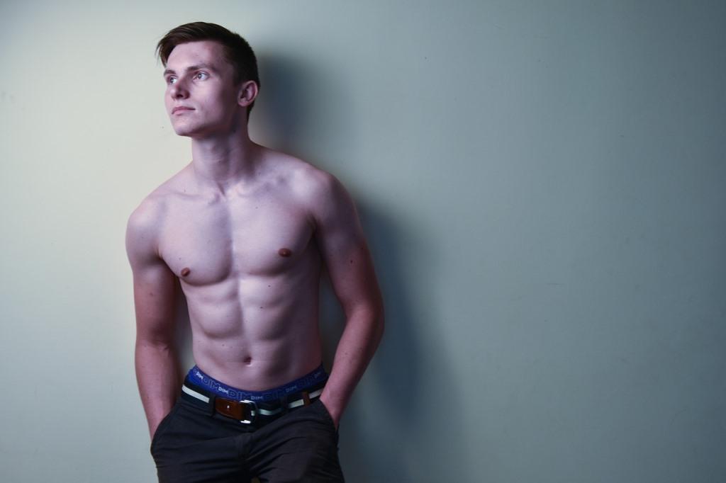 上半身が裸の男性