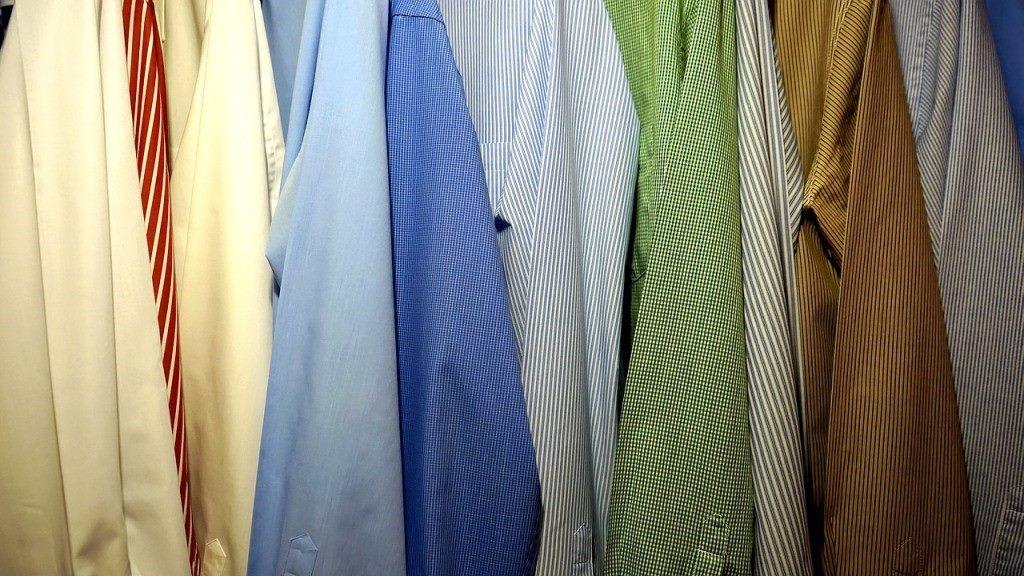 クローゼットの中のシャツ