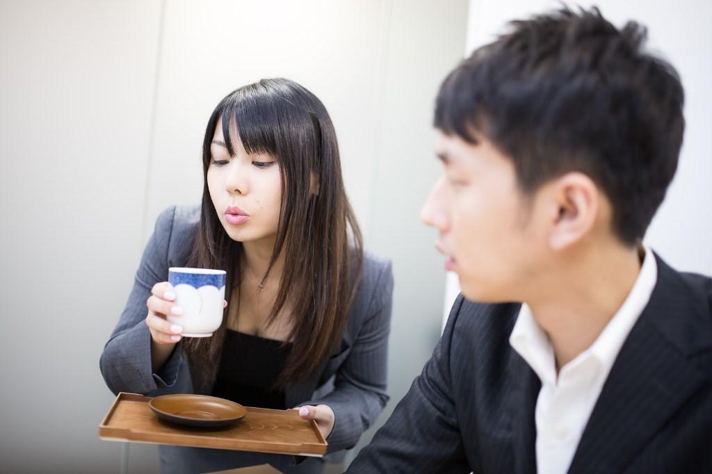お茶を冷ましてくれる女性