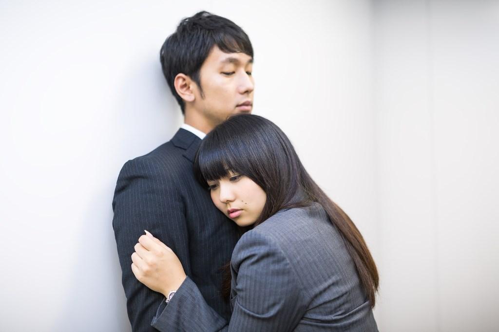 求愛行為をする女性