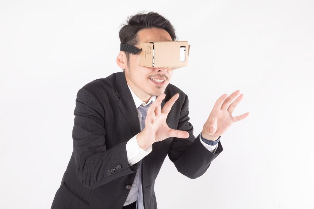 VR動画を見る男性