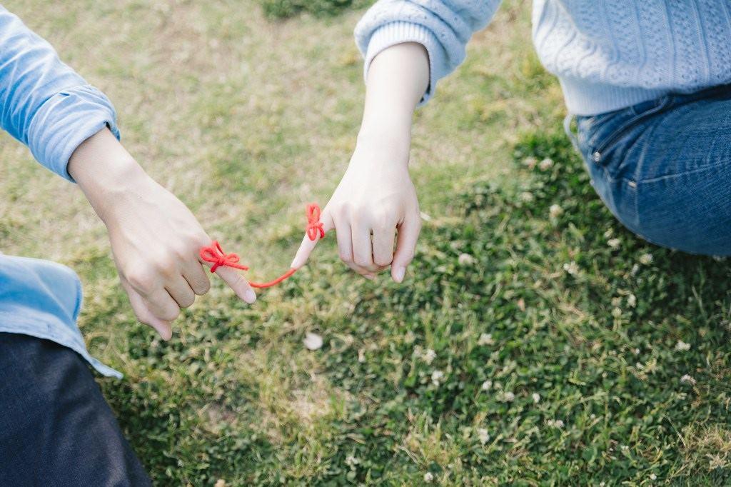 赤い糸で結ばれた二人