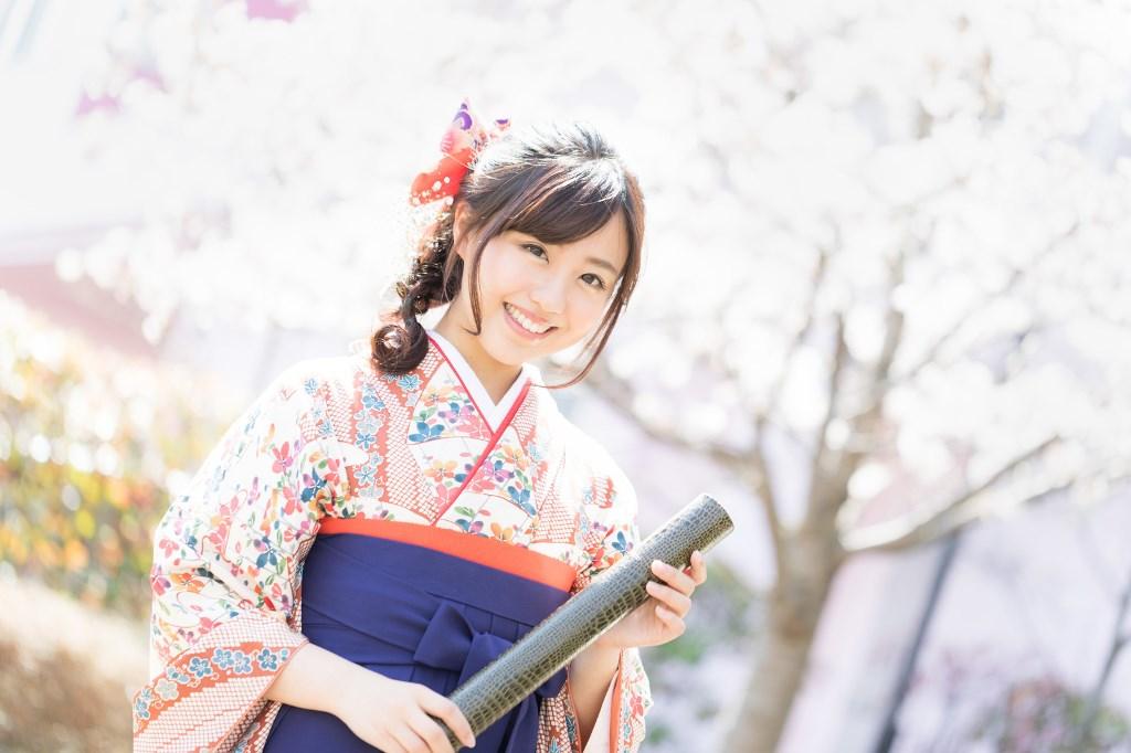 桜の花と卒業証書を持った袴姿の女性!