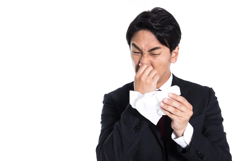 鼻をほじる男性